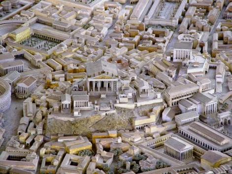 """Οι ελεύθεροι πολίτες της Αρχαίας Ρώμης χωρίζονταν σε πατρικίους και πληβείους. Οι πρώτοι αποτελούσαν την άρχουσα τάξη και καταλάμβαναν τις περισσότερες θέσεις της Συγκλήτου, ενώ οι δεύτεροι αποτελούσαν το μεγάλο όγκο του πληθυσμού και συμμετείχαν στην πολιτική ζωή κυρίως μέσω του Συμβουλίου των Πληβείων και των δέκα Δημάρχων ή τριβούνων. Η αρχή της διάκρισης μεταξύ πατρικίων και πληβείων μας είναι άγνωστη. Στην εποχή των πρώτων βασιλέων της Ρώμης, όλοι οι κάτοικοί της αποκαλούνταν πατρίκιοι. Κατά τη διάρκεια της βασιλείας του Άνκου Μάρκιου (640-616 π.Χ.) εισήχθησαν στη Ρώμη οι πληβείοι ύστερα από διπλωματικές συμμαχίες ως πολίτες β' κατηγορίας. Την εποχή της ίδρυσης της Ρωμαϊκής Δημοκρατίας, οι πληβείοι εξαιρούνταν από τις θρησκευτικές ακαδημίες και αξιώματα, αλλά εγγράφονταν στα """"γένη"""" και στις """"φυλές"""", υπηρετούσαν στο στρατό και μπορούσαν να καταλάβουν κατώτερα στρατιωτικά αξιώματα. Επίσης, αρχικά απαγορεύονταν οι γάμοι μεταξύ πληβείων και πατρικίων. Ο αγώνας για διεύρυνση των δικαιωμάτων τους διήρκεσε σχεδόν δύο αιώνες, κατά τους οποίους κέρδιζαν προοδευτικά παραχωρήσεις εκ μέρους των πατρικίων. Το 367 π.Χ. απέκτησαν το δικαίωμα να είναι επιλέξιμοι για το αξίωμα του υπάτου και το 278 π.Χ. πέτυχαν την οριστική αναγνώρισή τους ως ισότιμων πολιτών, εκβιάζοντας ότι σε αντίθετη περίπτωση θα εγκατέλειπαν μαζικά την πόλη. Αργότερα και μέχρι τις μέρες μας, με τον όρο πληβείοι ή πλέμπα αποκαλούνταν τα φτωχότερα μέλη της κοινωνίας γενικά."""