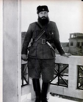 O Άρης Βελουχιώτης (Λαμία, 27 Αυγούστου 1905 - Μεσούντα Αχελώου, 16 Ιουνίου 1945) (πραγματικό όνομα Θανάσης Κλάρας) ήταν ηγετικό στέλεχος («καπετάνιος») του ΕΛΑΣ και του Κομμουνιστικού Κόμματος Ελλάδας. Γεννήθηκε στη Λαμία και νέος ακόμη εντάχθηκε στo ΚΚΕ. Στον ελληνοϊταλικό πόλεμο πολέμησε ως λοχίας πυροβολικού. Τον Ιανουάριο του 1942, κατόπιν έγκρισης του ΚΚΕ, προωθήθηκε στο βουνό για τη συγκρότηση αντάρτικων ομάδων. Υπήρξε ηγέτης του ΕΛΑΣ (του αντάρτικου σώματος του ΕΑΜ) κατά τον απελευθερωτικό αγώνα της Ελλάδας από τους Γερμανούς κατά τον Β΄ Παγκόσμιο Πόλεμο και κατά τις απαρχές του Εμφυλίου που ακολούθησε ανάμεσα στους αριστερούς αντιστασιακούς και τους δεξιούς και βασιλόφρονες. Σημαντικό μέλος του ΚΚΕ, ήλθε σε ρήξη μαζί του εξαιτίας της άρνησής του να παραδώσει τα όπλα μετά τη συμφωνία της Βάρκιζας για να συνεχίσει τον πόλεμο. Ο Βελουχιώτης και ύστερα από την σύναψη της συμφωνίας της Βάρκιζας συνέχισε την δράση του. Η δράση αυτή, η οποία έδινε βάση για κτύπημα εναντίον του ΚΚΕ, επειδή παραβίαζε τη συμφωνία της Βάρκιζας, δεν επέτρεπε καμία καθυστέρηση για την ανοιχτή καταγγελία του Άρη Βελουχιώτη. Η στάση του αυτή τελικά τον οδήγησε στον θάνατο.