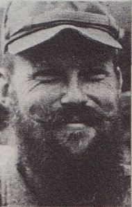 """Γράφει ο Ερανιστής  Ο Κρίστοφερ Μόνταγκιου Γουντχάουζ (Kρις-Christopher Montague Woodhouse) ήταν Άγγλος πολιτικός και στρατιωτικός παράγοντας (1917-2001). Έλαβε μέρος στον Β' Παγκόσμιο Πόλεμο και συμμετείχε σε σημαντικές πολιτικές και σε στρατιωτικές αποστολές.  Το 1942, και ενώ υπηρετούσε στις Βρεττανικές Δυνάμεις στη Μέση Ανατολή,  επελέγη να συμμετάσχει ως υπαρχηγός μιας ολιγομελούς αποστολής σαμποτέρ που επρόκειτο να σταλεί στην Ελλάδα με σκοπό να ανακόψει τον σιδηροδρομικό ανεφοδιασμό των γερμανικών δυνάμεων στην Αφρική.  Η  γέφυρα του Γοργοποτάμου επιλέχθηκε τελικά, αφού αποκλείστηκαν άλλα δυο γεφύρια, και καταστράφηκε τη νύχτα στις 25 προς 26 Νοεμβρίου του 1942. H επίθεση άρχισε στις 11.05 πριν από τα μεσάνυχτα και ολοκληρώθηκε λίγο μετά τις 3·20 την ίδια νύχτα, χωρίς απώλειες για τις αντάρτικες δυνάμεις και με την ενεργή συμπαράσταση και του άμαχου πληθυσμού της περιοχής.  Στην παρτιζάνικη επιχείρηση ορίστηκε αρχηγός ο Ναπολέων Ζέρβας, αν και η μαχητικότητα των ενόπλων που συγκέντρωσε στη Γκιώνα ήταν, και κατά ομολογία του ίδιου, σαφώς κατώτερη από αυτήν των ανταρτών του ΕΛΑΣ. Ο Ζέρβας, ωστόσο, επαγγελματίας στρατιωτικός και """"εθνικόφρων"""", είναι βέβαιο ότι δε θα δεχόταν να είναι υπό τις διαταγές ενός καπετάνιου του ΕΑΜ, ούτε θα παραχωρούσε τη δόξα και το πολιτικό κύρος μιας επιτυχούς επιχείρησης στο ΕΑΜ. Ο Άρης, που δήλωνε, προπαγανδιστικά, ότι είναι ταγματάρχης Πυροβολικού δέχτηκε γα άλλους λόγους, και παρά τους αρχικούς δισταγμούς του ΚΚΕ που προσπαθούσε να μαζέψει τον ικανότατο ιθαγενή παρτιζάνο."""